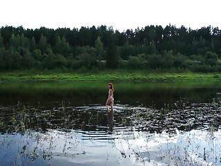 nua nadando no rio volga