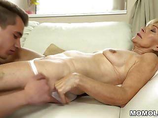 velha senhora goza de foda profunda com seu amante mais jovem