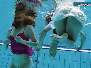 legal age adolescentes com roupas quentes na piscina