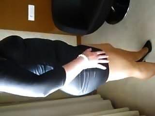 mulher em couro vestido meia-calça e saltos