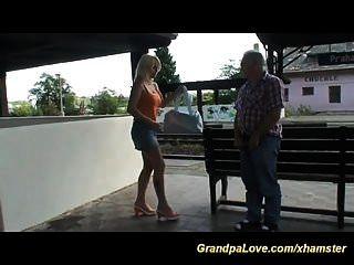velhos e jovens na estação de trem