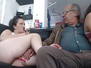 logo sexo com 2 menina um homem de 75 anos