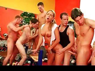 orgia bissexual na parte de ginásio 2