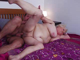 vovó buceta peluda recebe um jovem convidado