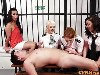 policiais britânicos femininos puxando sub em sua cela