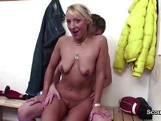 professor de milf quente seduzir rapaz para foder após aula de esporte