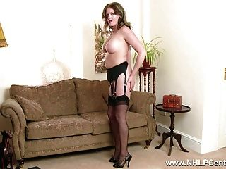 ruiva milf se masturba grande pênis em lingerie vintage nylon