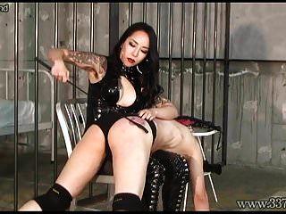 dominatrix japonês faz escravidão lamber o rabo e chupar o