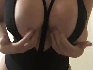 jovem adolescente quente de 18 anos mostrar seus peitos grandes pefect