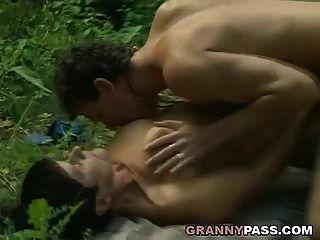 vovó oferece sua buceta na floresta