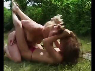 catfight ao ar livre em topless
