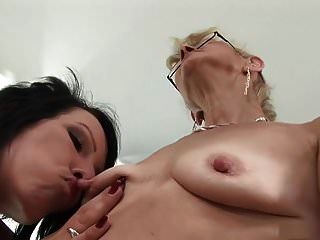 sucção de mamilo madura lésbica