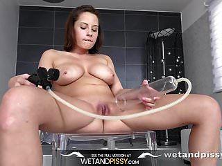 wetandpissy garota sexy fazendo xixi e brincando seu bichano de imersão