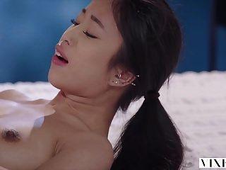 vixen jovem estudante asiático tem sexo apaixonado com o vizinho