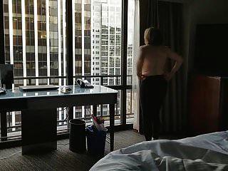 madura gostosa nua na janela do hotel