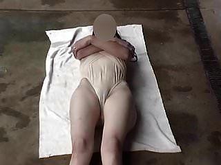 pernas de maiô transparentes abertas largamente