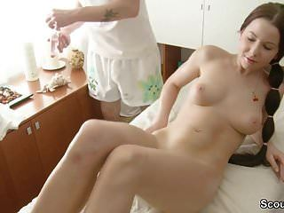menino seduzir jovem adolescente para foder no salão de massagens