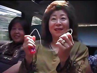 mulheres asiáticas maduras em uma viagem por estrada