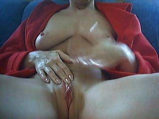 mulher em seu período se masturba com vibrador