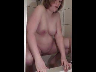 mijando grávida sob o chuveiro