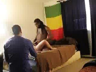 assistindo e gravando sua esposa com outro homem