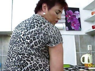 oldnanny hot mature lady solo na cozinha