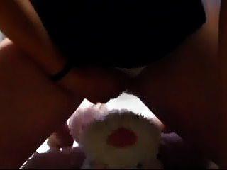 fazendo xixi na minha calcinha e esfregando minha buceta com um brinquedo fofinho