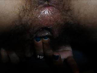 esfregando seu clitóris até o orgasmo