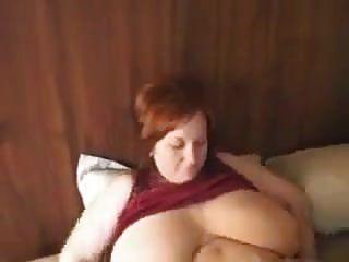 mãe ruiva peituda com enormes seios naturais