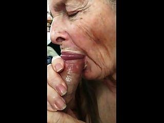 vovó faz handjob para comer esperma 02
