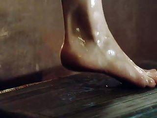 emilia clarke mostrando peitos e bunda sair da banheira