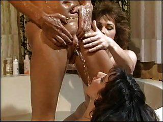 3 lésbicas fazendo xixi e fisting em uma banheira