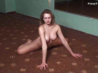 petite ginasta luganskaja mostra seus peitos grandes