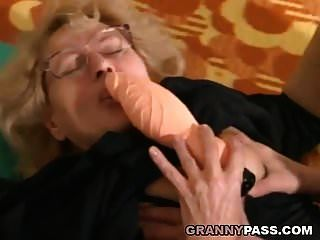 cara jovem musculoso fode uma avó gorda