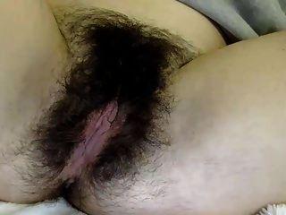 Valery nos mostra sua linda buceta peluda ...