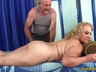 verão loira mais velha tem seu corpo e genitais massageados