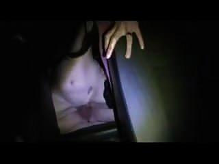 Hotwife é fodida no banco de trás enquanto filmes de marido