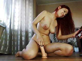 ruiva quente e sexy com grandes mamas vs dildo na cam