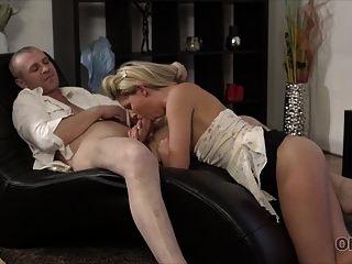 old4k. ela é tão sexy nessa saia curta