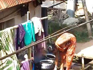 bhabhi aldeia tomando banho ao ar livre