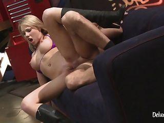 adolescente loira louca punida com uma porra de buceta áspera