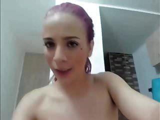 linda garota de cabelos roxa com grandes mamas vs vibrador na cam