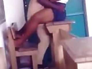 professor africano transando com ela estudante em classe