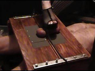 tortura de pau na caixa de atropelar