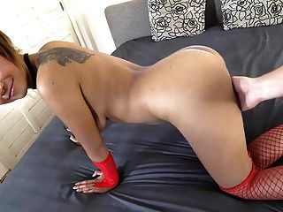 sexy jovem garota tailandesa em seu primeiro vídeo de sexo