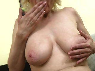 mãe madura com seios flácidos alimentando buceta