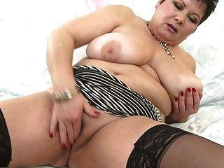 Mama madura quente com peitos enormes e vagina com fome