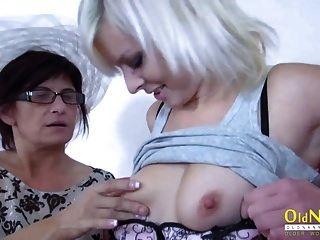 oldnanny maduro está brincando com amigo lésbica