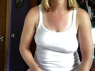 fazer xixi e derramando sobre minha parte superior fazendo uma camiseta molhada