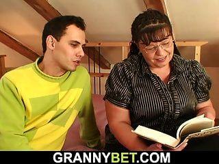 grande mamas bookworm mãe é pego para jogar